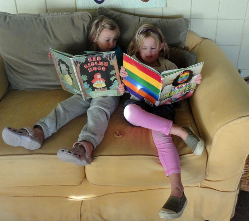 2 kids reading